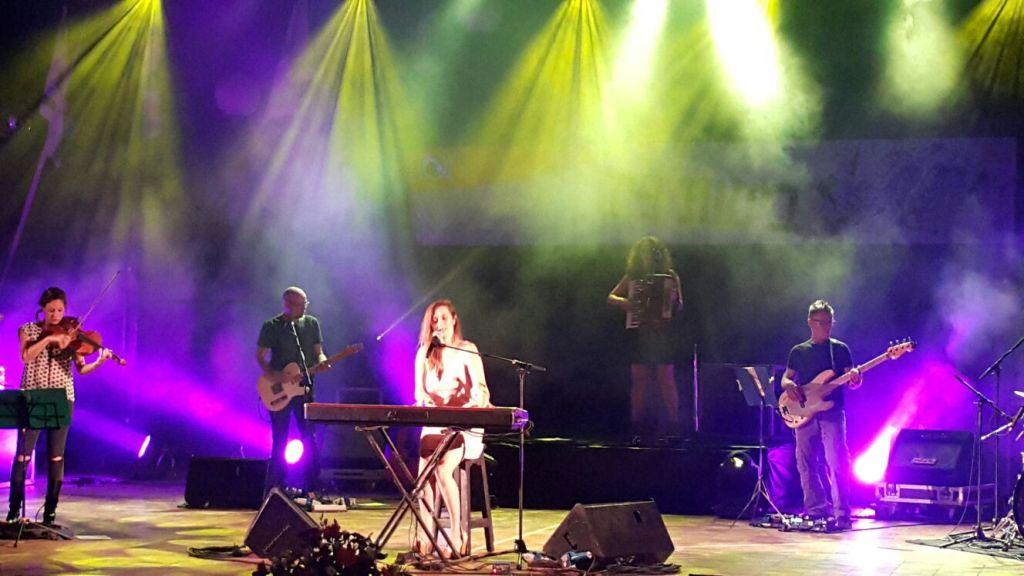 קרן פלס והלהקה על הבמה